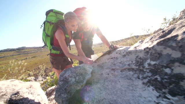 在自然冒險徒步地圖和指南針定向越野的朋友 - lost 個影片檔及 b 捲影像