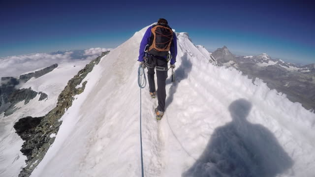 pov hiking icy mountain ridge - альпинизм стоковые видео и кадры b-roll