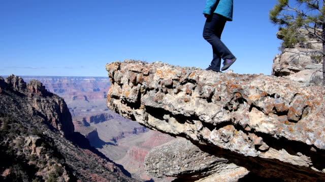 luftaufnahme: wandern im grand canyon - grand canyon stock-videos und b-roll-filmmaterial