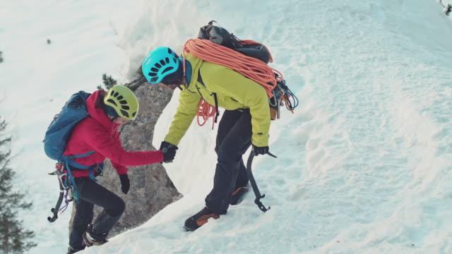 wandern in den bergen - eisklettern stock-videos und b-roll-filmmaterial