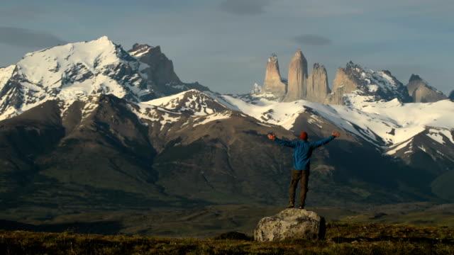 vídeos y material grabado en eventos de stock de senderismo en impresionantes torres del paine, patagonia - viaje a sudamérica