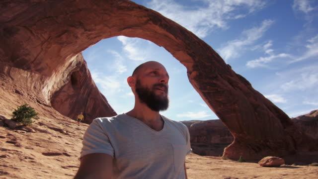 Wandern auf dem Colorado-Plateau POV: Corona Arch in der Nähe von Moab – Video
