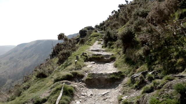 escursionismo la berwyn gamma in galles, regno unito - attività equestre ricreativa video stock e b–roll