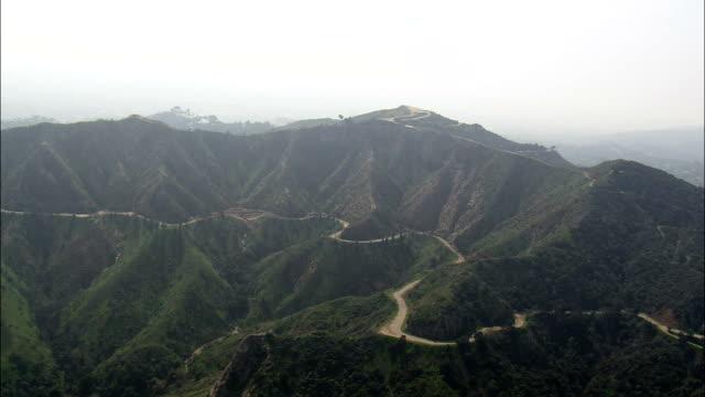 kullar i griffin park leder till hollywood-skylten - flygfoto - california, los angeles county, usa - hollywood sign bildbanksvideor och videomaterial från bakom kulisserna