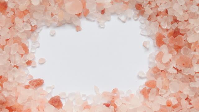 vidéos et rushes de texture de cuisine de cristal blanc de sel de l'himalaya, séquences vidéo panoramiques. - sky