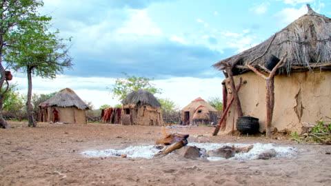 vídeos de stock e filmes b-roll de ws ds himba village - aldeia