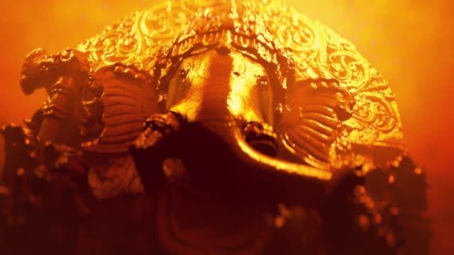 Hindu Elefantenkopf Gott Ganesha Skulptur aus nächster Nähe. Goldene Neon-Version. – Video