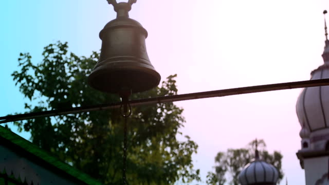 vídeos y material grabado en eventos de stock de campana de templo hindú (audio visible) - hinduismo