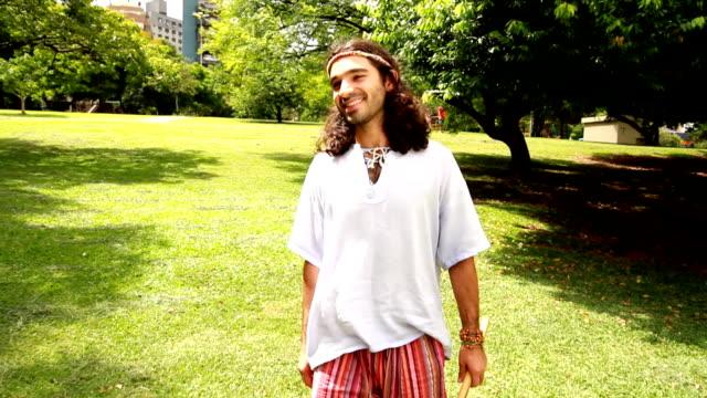 hippy amici incontro - hippy video stock e b–roll