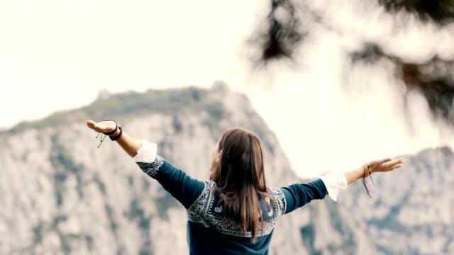 vidéos et rushes de profitez de la femme hippie sur la montagne - randonnée équestre