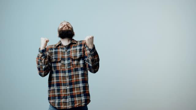 hipster skäggiga firar framgångar - kille hoppar bildbanksvideor och videomaterial från bakom kulisserna
