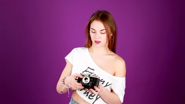 vídeos y material grabado en eventos de stock de hipster hembra fotógrafo con la vieja cámara - moda playera