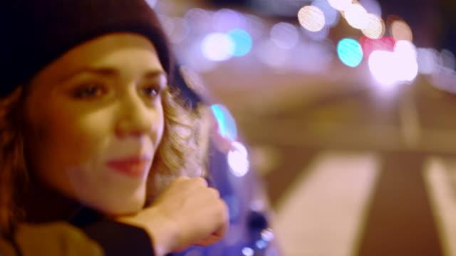 hipster vänner har roligt inuti en bil på natten - nattliv bildbanksvideor och videomaterial från bakom kulisserna