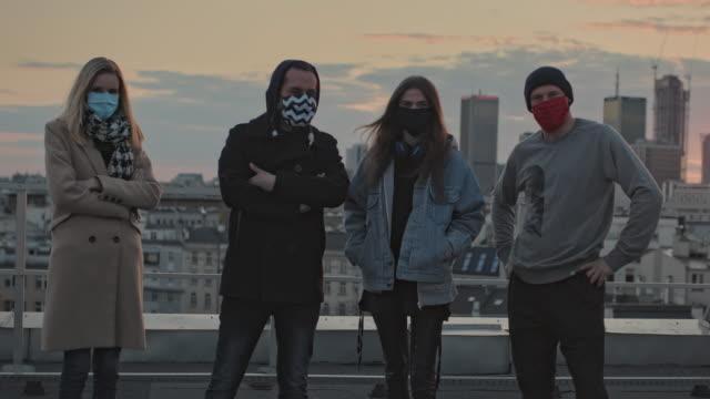 vídeos y material grabado en eventos de stock de amigos hipster reunidos en una azotea. vida social durante la pandemia - ocio