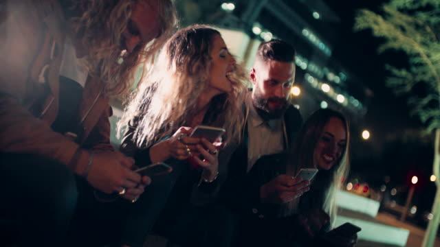 vídeos de stock, filmes e b-roll de hipster amigos sentado ao ar livre na escada com smartphones em mãos - hipster pessoa