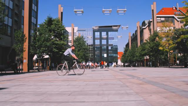 slo mo hipster kommer att fungera på en cykel - kostym sida bildbanksvideor och videomaterial från bakom kulisserna