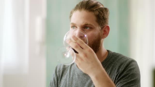 流行に敏感な人赤ワインを飲むと考えて - ワイングラス点の映像素材/bロール