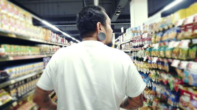 hipster-mann beim einkaufen im supermarkt - etikett stock-videos und b-roll-filmmaterial