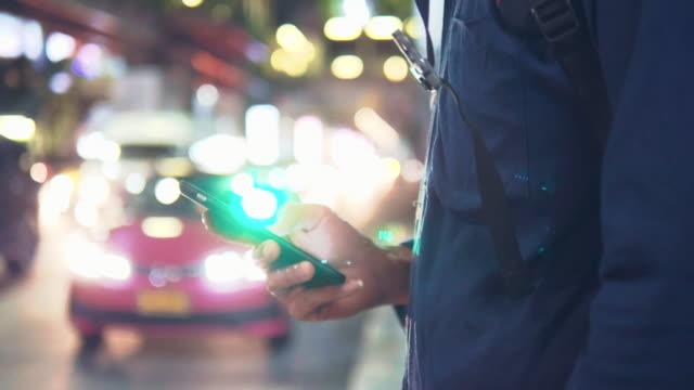 vídeos y material grabado en eventos de stock de hombre hipster esperando un taxi en la ciudad de bangkok. - uso compartido del coche