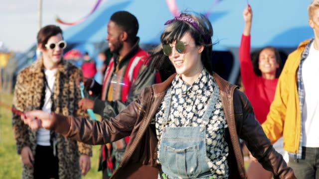 お祭りでダンス流行に敏感な人 ビデオ