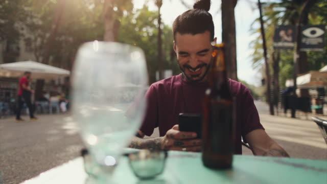 Homem de hippie tatuado em Barcelona com o telemóvel - vídeo