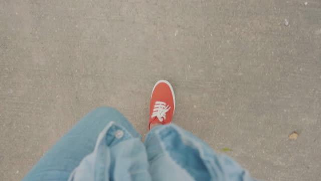 stockvideo's en b-roll-footage met hipster wandelen - running shoes