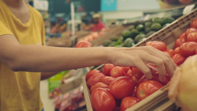 vídeos de stock e filmes b-roll de hipster woman in grocery store - vegetables