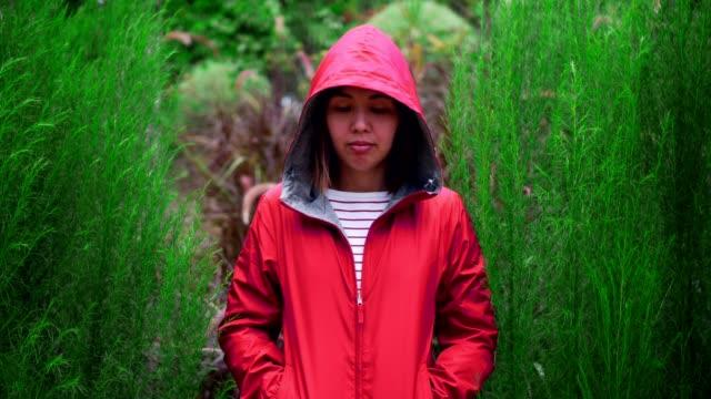 hipster-frau trägt eine rote kapuze stehen in der natur - einzelne frau über 30 stock-videos und b-roll-filmmaterial