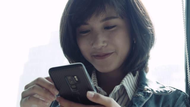 vídeos y material grabado en eventos de stock de las mujeres hipster que usan un smartphone - enfoque en primer plano