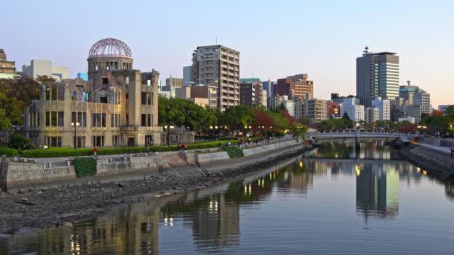 hiroşima atom bombası dome cityscape twilight japonya 4k video at - hiroshima stok videoları ve detay görüntü çekimi