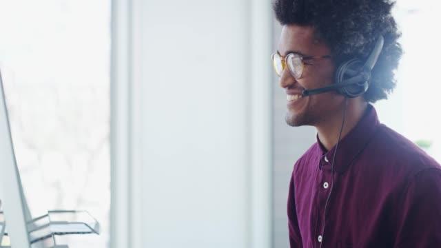 his phone manner puts clients at ease - słuchawki filmów i materiałów b-roll