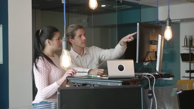 vidéos et rushes de collègues d'affaires hispaniques et caucasiens discutant d'idée avec le bureau ergonomique - 30 34 ans
