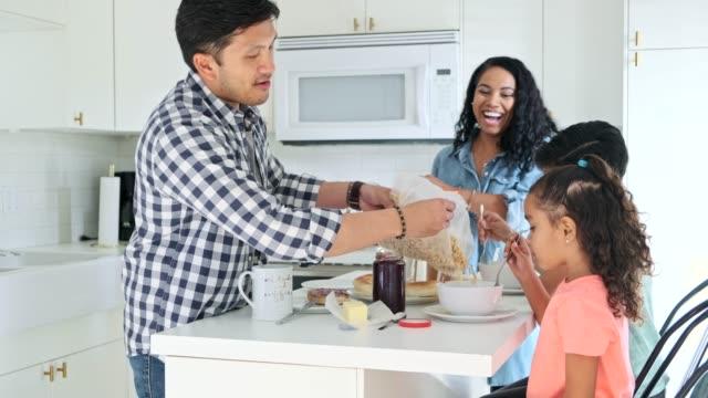 hispanische familie isst frühstück in der küche - frühstück stock-videos und b-roll-filmmaterial