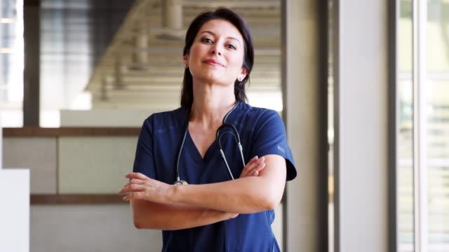 önlük giyen i̇spanyol kadın doktor - cerrahi önlük stok videoları ve detay görüntü çekimi