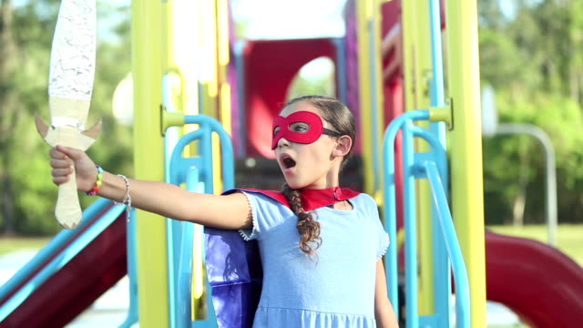 スーパーヒーローを演じるヒスパニックの女の子 - ガールパワー点の映像素材/bロール