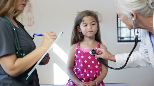 ragazza ispanica il pediatra visita, stetoscopio - stetoscopio video stock e b–roll