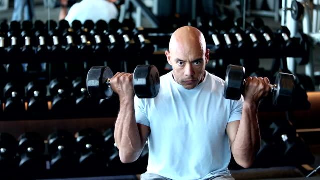 hispanische mann bodybuilding, heben hanteln - hantel stock-videos und b-roll-filmmaterial