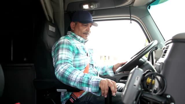 Hisoire homme grimpant dans la cabine du camion semi - Vidéo