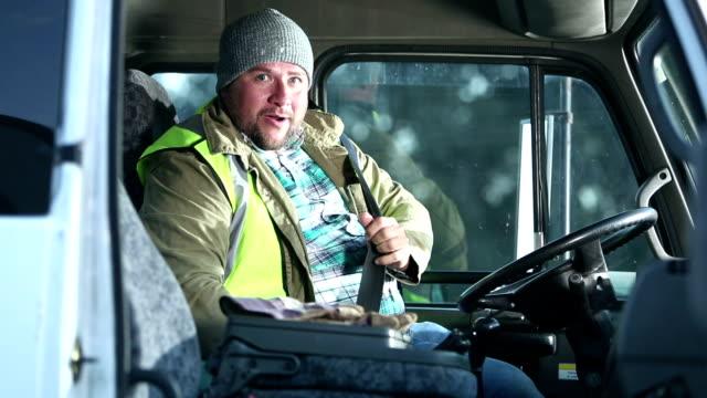 vídeos de stock, filmes e b-roll de o homem hispânico que conduz o caminhão, escala no assento de excitador - caminhonete pickup