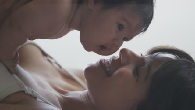 Hispanic Madre y bebé adhesión juntos - vídeo