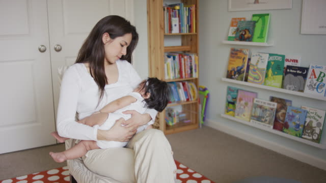 vídeos de stock e filmes b-roll de hispanic mother breast feeding - amamentação