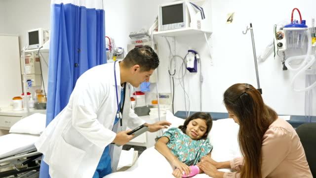西班牙裔美國人的兒科醫生檢查病人手術後 - surgeon 個影片檔及 b 捲影像