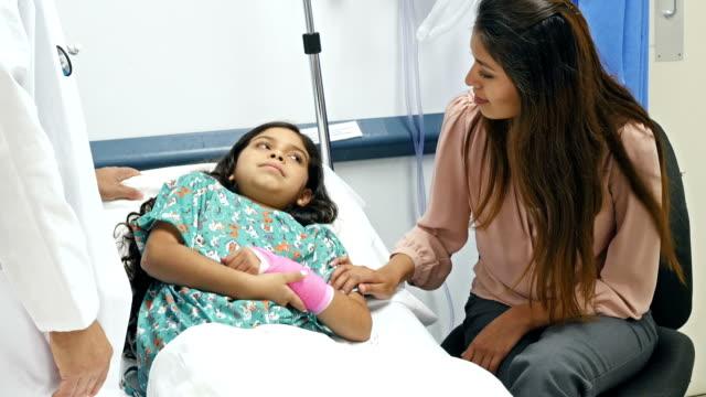 Hispânica pediatra explicar procedimento para paciente e sua mãe - vídeo