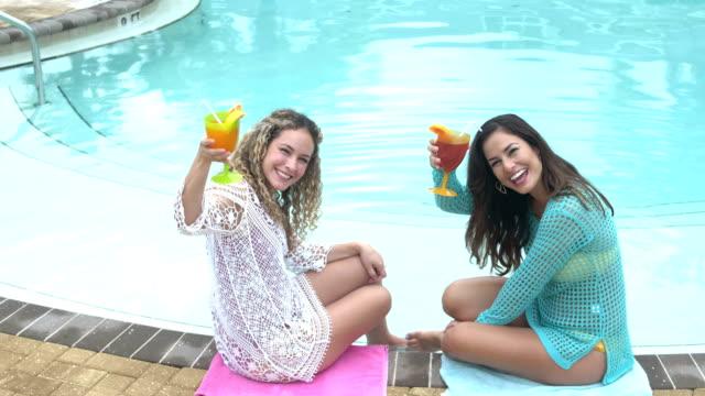 hispanische schwestern mit tropischen getränken swimming pool - tropischer cocktail stock-videos und b-roll-filmmaterial
