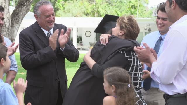 Estudiantes y familia hispana celebra graduación - vídeo