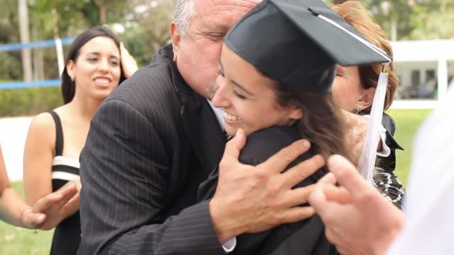 Hispânica aluno e família Comemorando a formatura - vídeo