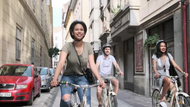 Hispanic vrouw verkennen van Boedapest op fietsen met haar twee vrienden video