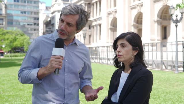 vidéos et rushes de femme hispanique parlant aux médias - interview