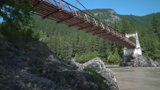 historic alexandra bridge, fraser river dolly shot 4k uhd - fiume fraser video stock e b–roll