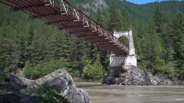 vídeos de stock e filmes b-roll de historic alexandra bridge over fraser river 4k uhd - montanha costeira
